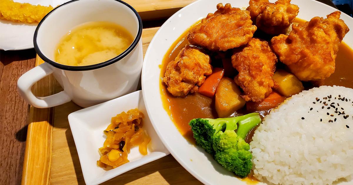 【台南美食】日式咖哩飯和烏龍麵100元有找|台南文青咖哩店|豆皮烏龍麵80元|咖哩飯附日式口味味噌湯~悠閒食堂