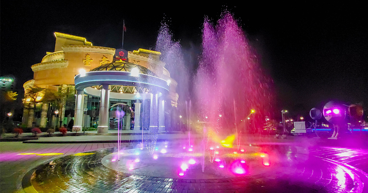 【臺南景點】在台南市區也可以欣賞水舞秀|白天是小孩的玩水池|晚上搭配燈光變成亮麗的水舞秀~台南市議會廣場水舞