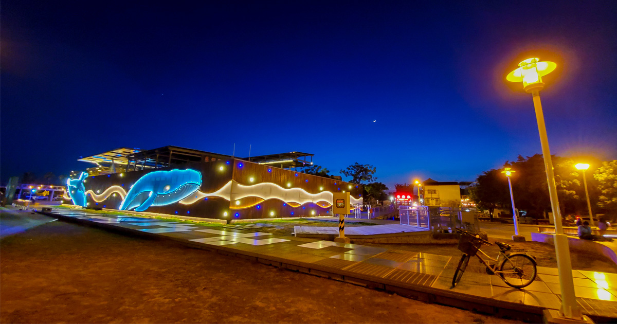 【臺南景點】安平新景點 鯨魚牆在這裡晚上點燈更顯亮麗 站在高台上欣賞港邊風情~~安平休憩碼頭(安平金城里活動中心)